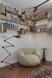 Estantes na parede. Cantinho de leitura.